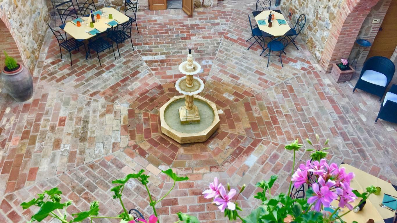 locandavesuna-siena-courtyard2