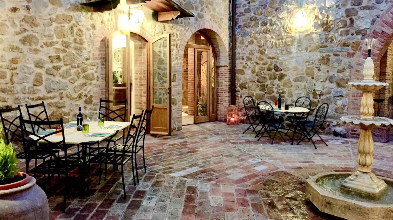 locandavesuna-siena-courtyard5