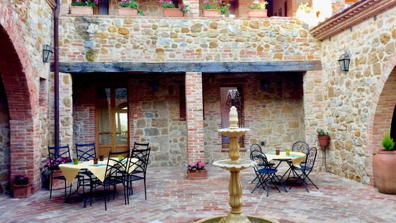 locandavesuna-siena-courtyard-