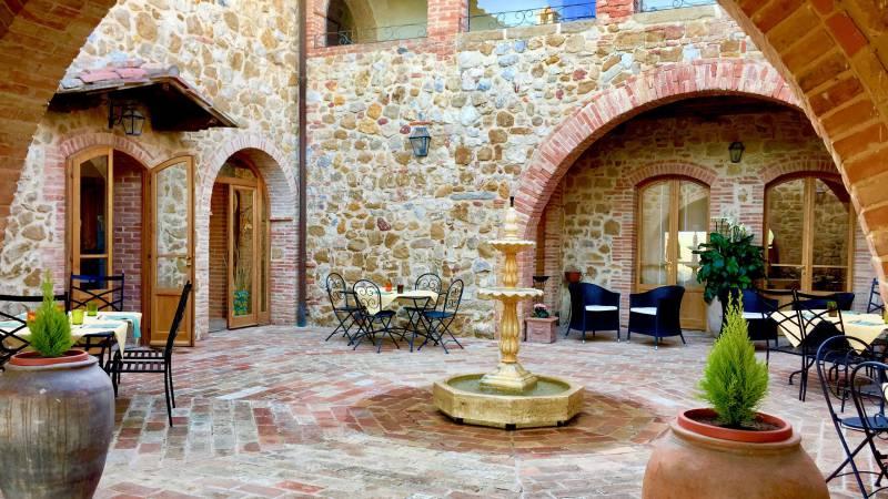 locandavesuna-siena-courtyard